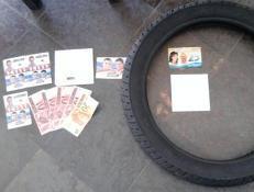 Dinheiro, santinhos e um pneu de moto foram depositados como provas da Justiça Eleitoral