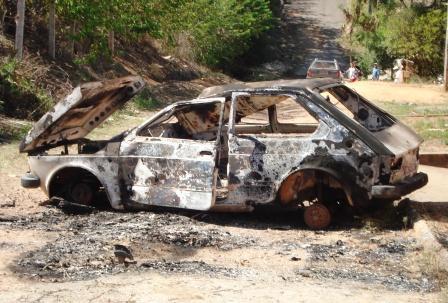 Veículo foi totalmente queimado no bairro Vila Betânia.
