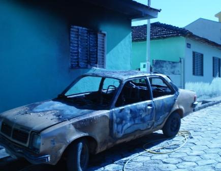 Chamas deste veículo incendiado chegaram a atingir residência na Rua Acre.