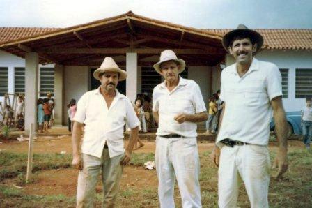 Vicente de Paula, Geraldo Ferreira Lopes e Antônio Júlio de Oliveira (Prancha), alpinopolenses ilustres, participando do mutirão de conclusão das obras.