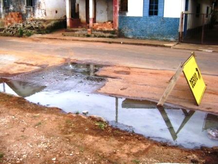 Rede de esgoto da Rua Treze de Maio encontra-se danificada há mais de 15 dias.