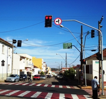 Conjunto de semáforos instalado no cruzamento da Avenida Governador Valadares e R. Major João Gonçalves