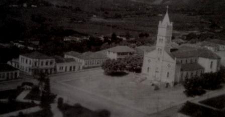 Praça Matriz em 1957, época em que Dr. Malzone clinicava em Alpinópolis.