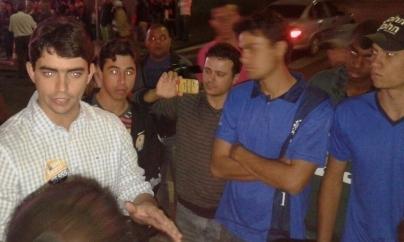 Cássio Soares cercado pelos manifestantes durante o comício.