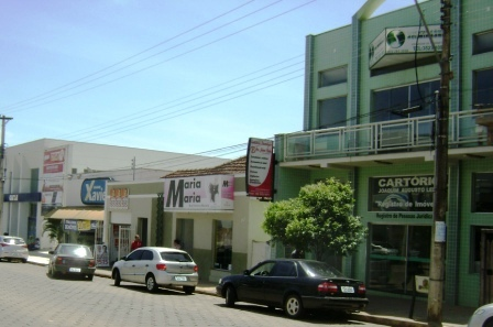 Avenida Governador Valadares é o local que detém a maior  concentração de atividades comercias da cidade de Alpinópolis