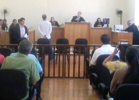Pelo crime de homicídio, o acusado Célio Costa foi condenado a  seis anos de reclusão em regime semi-aberto.