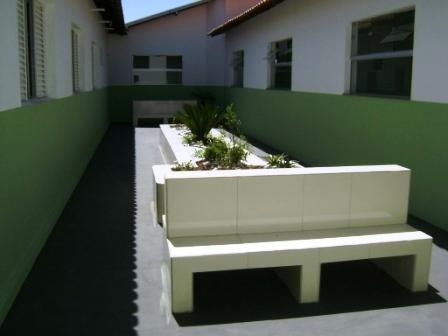 Área externa com jardim para promoção de assistência humanizada  com terapia de luz solar e ventilação natural.