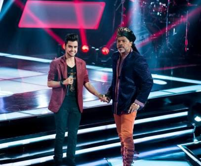 Matheus Zuck em companhia de Carlinhos Brow no palco do The Voice Brasil Foto: Isabella Pinheiro / GShow